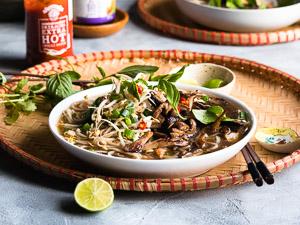 Dit is geen slap vegan aftreksel van de Vietnamese noedelsoep: Pho. Deze bouillon is net zo vol van smaak als de traditionele versie!