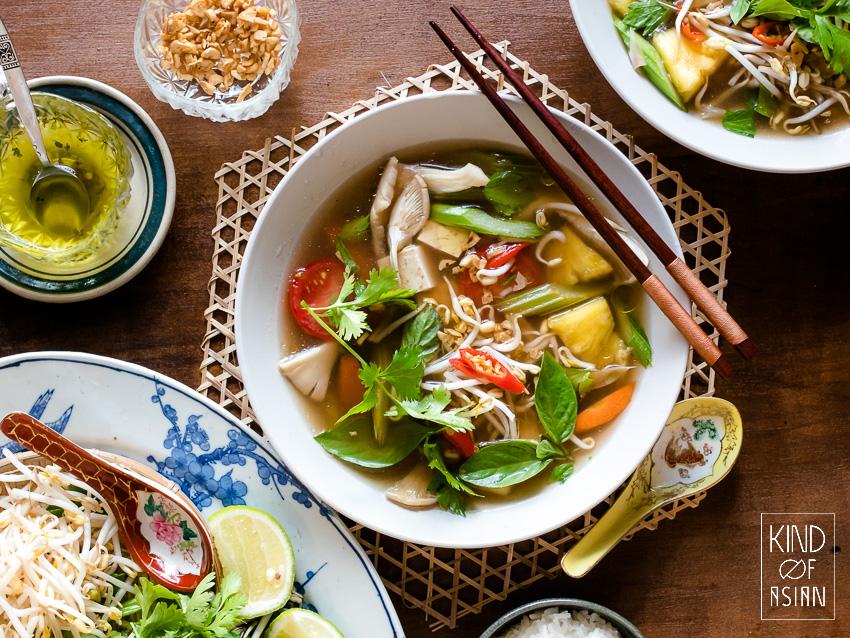 Vietnamese soep met ananas en verse kruiden