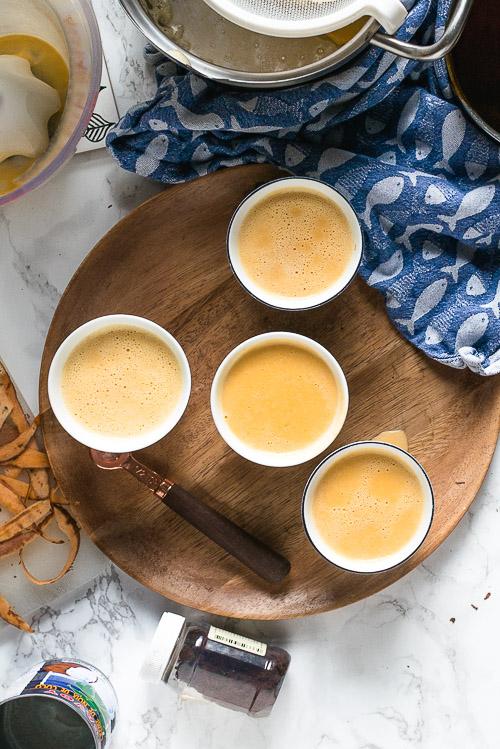 Een crème caramel zonder eieren en zuivel EN net zo romig en custard-achtig als de klassieker? Dat kan met dit makkelijke recept voor Vietnamese vegan crème caramel met kokos: Bánh flan