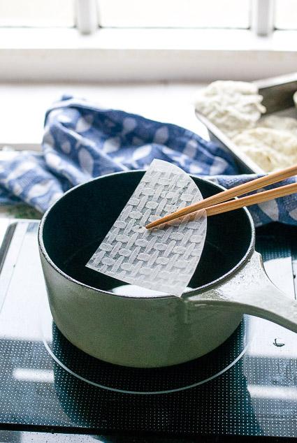 Van vellen rijstpapier (die voor Vietnamese summer rolls) maak je krokante vegan crackers met een ziltige kroepoek smaak.
