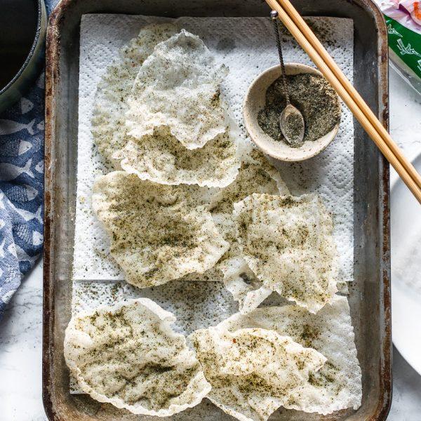 Van vellen rijstpapier (die je normaal gesproken gebruikt voor Vietnamese summer rolls) maak je met dit recept krokante vegan crackers met een ziltige kroepoek smaak.