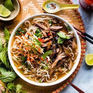 Dit is geen slap vegan aftreksel van de populaire Vietnamese noedelsoep met rund (pho bo) of kip (pho ga). Met dit recept maak je een authentiek smakende bouillon die net zo vol en krachtig is als de traditionele versie!
