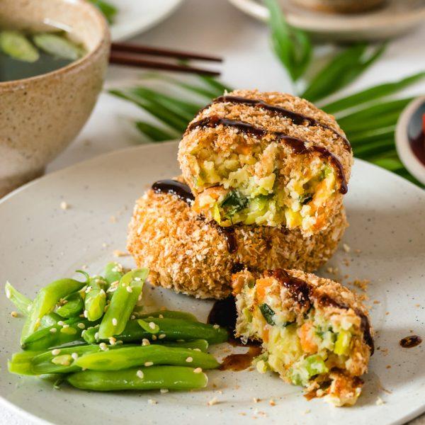 Deze vegan Japanse korokke (aardappelkroket) heeft een krakend krokante korst uit de oven en een smeuige, eiwitrijke vulling.