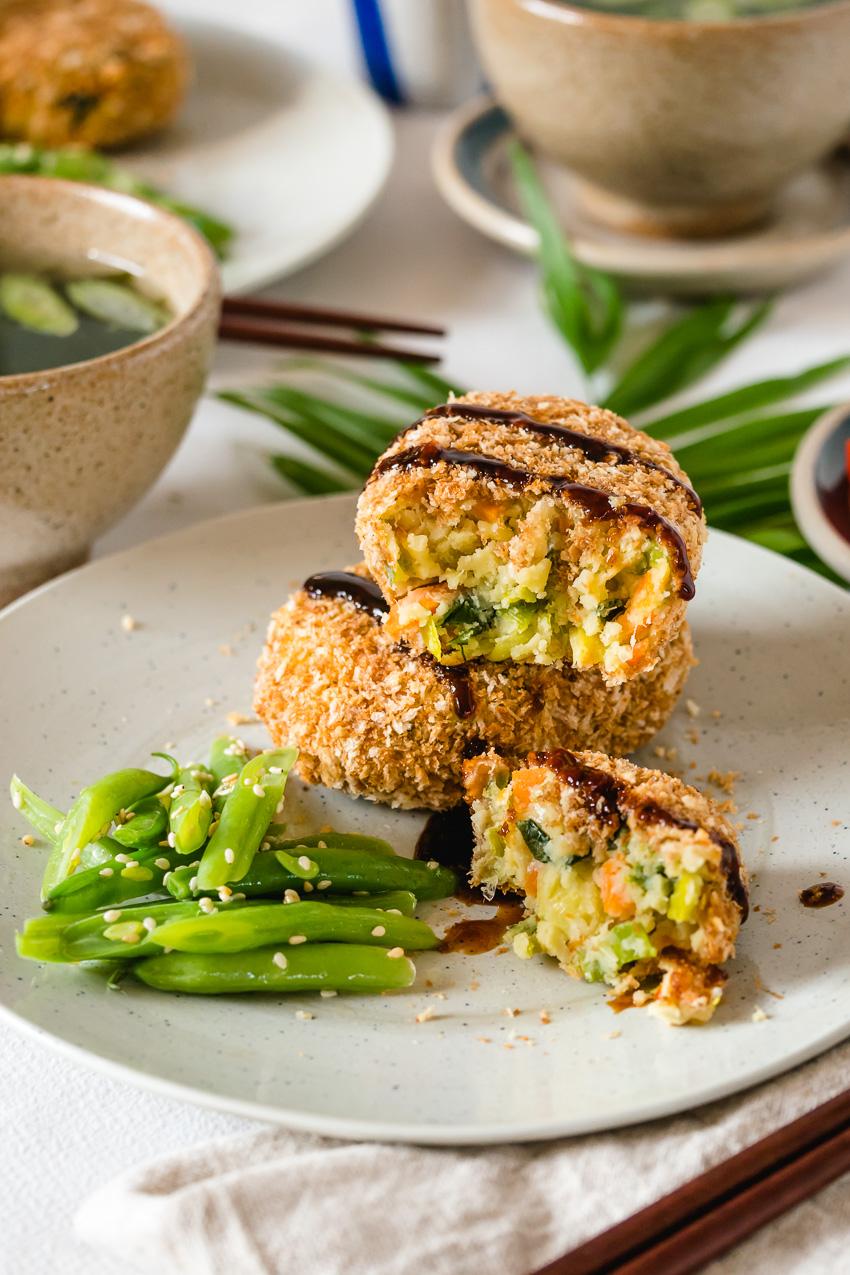 Deze vegan Japanse korokke (aardappelkroket) heeft een krokante korst uitde oven en een smeuïge, eiwitrijke vulling.