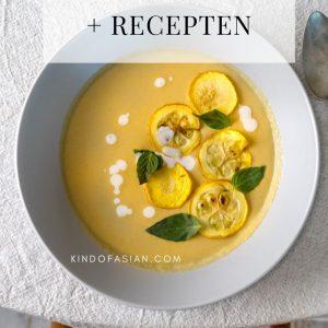 Vegan Thaise gele courgette soep op tafel