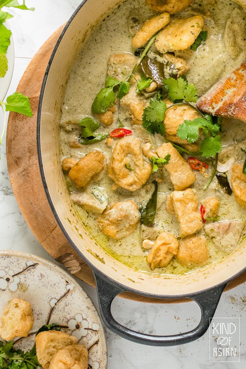 Pan met vegan Thaise groene curry met aubergine en tofu
