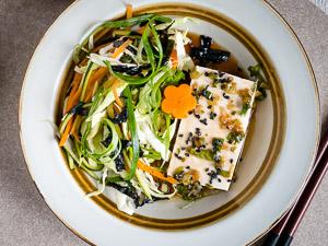 Bord met Japanse kool salade en tofu