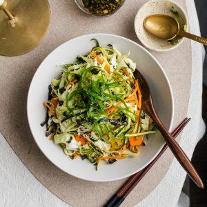 Simpele salade met kool in Japanse dressing