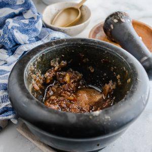Marinade voor vega ballen met Vietnamese rijstnoedels, salade en nuoc cham