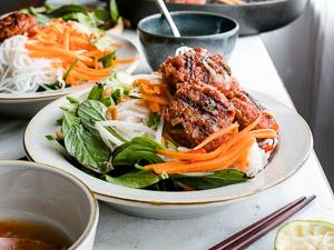 Bord met Vega ballen met Vietnamese rijstnoedels, salade en nuoc cham