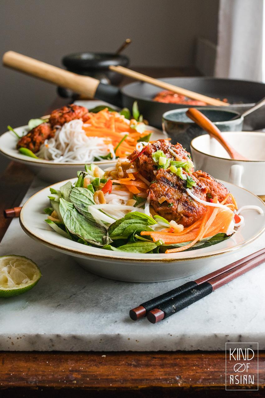 2 kommen met vega ballen en Vietnamese rijstnoedels en salade