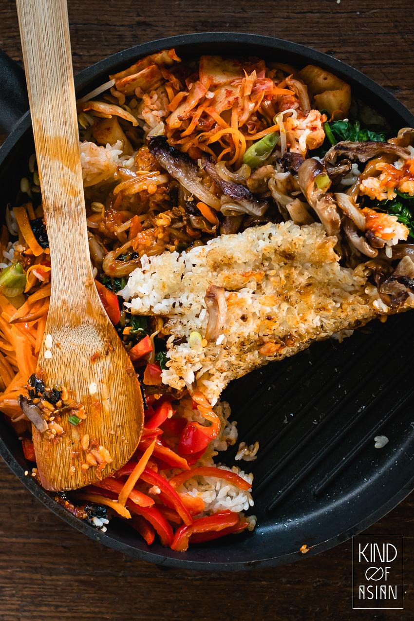 Vegan recept voor bibimbap met smaakvolle bulgogi (van oesterzwam), knapperige groenten, pittige gochujangsaus en een krokante rijstlaag.