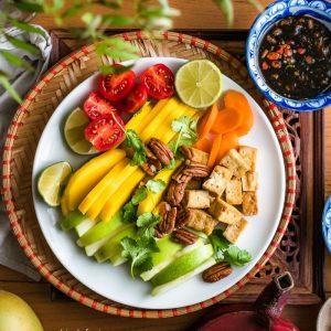 Wit bord met fruit en Thaise vegan 'vissaus' met palmsuiker