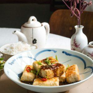 bord met krokante tofu met zoetzure saus