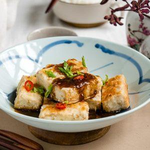 Bord met krokante tofu en zoetzure saus met gember (vegan)